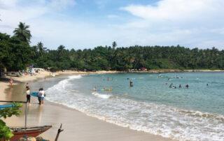 Strand van Hiriketiya in Sri Lanka